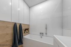 łazienka-w-bieli-i-drewnie